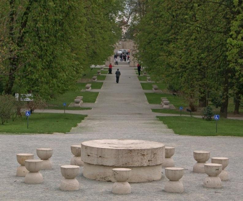 Ansamblul-sculptural-Constantin-Brancus